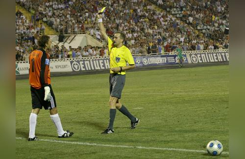 Сергей Долганский получает желтую карточку в матче против «Динамо»