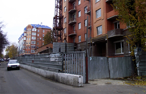 Частично перекрытая дорога по улице Котляревского в Полтаве
