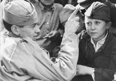 Техник-сержант Джозеф Е. Томпсон учит советского мальчика английским словам