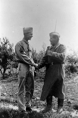 Советский солдат пожимает руку американскому сержанту Полтава