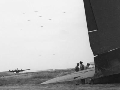 Американские бомбардировщики возвращаются из первой челночной миссии операции «Фрэнтик» Встречает генерал Айра Эйкер