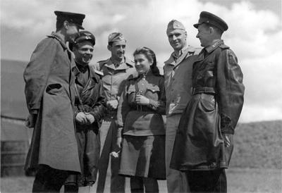 Предположительно командиры полков полтавского аэроузла, 169-я авиабаза особого назначения. В центре — девушка-переводчик. Американцы- слева полковник Бартон , справа полковник Райс.