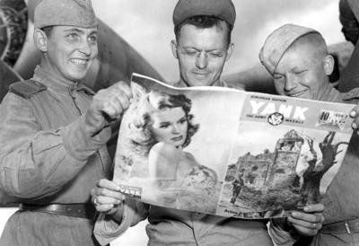 Советские и американский техники 169-й авиабазы особого назначения рассматривают американский журнал