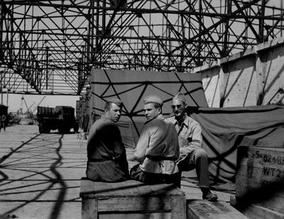Советские солдаты и американец на складе аэродрома под Полтавой