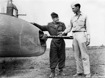 Лейтенант Ворожеев и сержант Thomas Summe у кормовой огневой установки американского тяжелого бомбардировщика Б-17