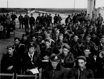 Брифинг американских пилотов на аэродроме под Полтавой