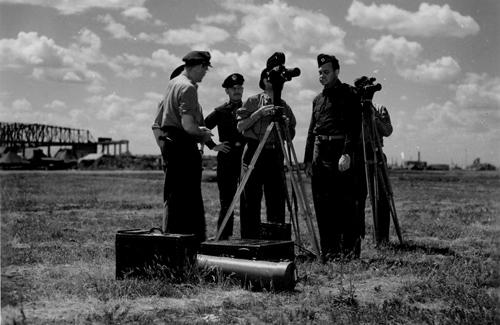 Американские кинооператоры и офицеры на аэродроме под Полтавой