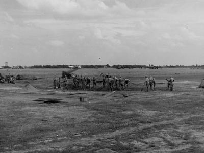 Советские солдаты ремонтируют аэродром 169-й авиабазы особого назначения под Полтавой после немецкой бомбардировки