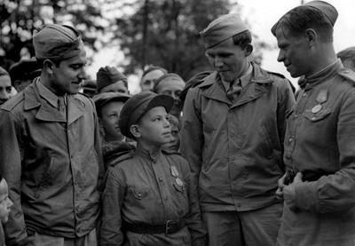 Сержант С. Вайншенкер и техник-сержант Вильям Топпс с сыном полка 169 авиабазы особого назначения. Имя неизвестно, возраст — 10 лет, служил помощником техника по вооружению