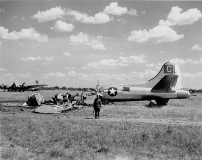 Советский часовой у сгоревшего бомбардировщика B-17