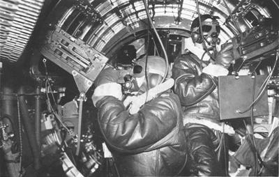Бортстрелки американского бомбардировщика B-17 у пулеметов Браунинг M2