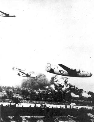 Бомбардировщики В-24 бомбят Плоешти