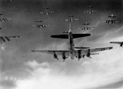 Группа американских бомбардировщиков В-17 в полете