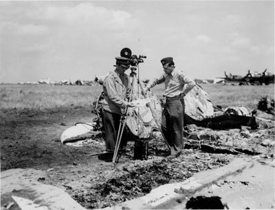 Американский кинооператор среди обломков самолета на аэродроме под Полтавой