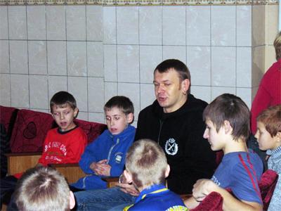 Сашко Положинський спілкується з малечею