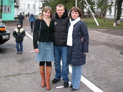 Сашко Положинський разом з Маргаритою Сєрою (ліворуч) і Мариною Губською (праворуч)