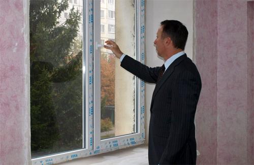 Андрій Матковський перевіряє нове вікно у дитячому садочку
