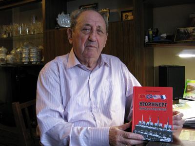 Йосиф Гофман с книгой «Нюрнбергский нокаут»