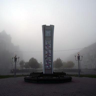 Годинник ПД «Листопад» та готелем «Алея Гранд»
