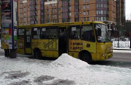 Один из пострадавших автобусов на остановке «Улица Сенная»
