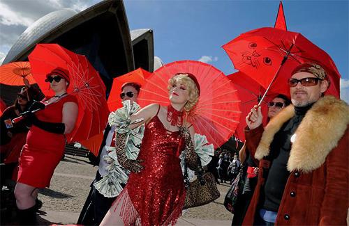 Марш красных зонтов