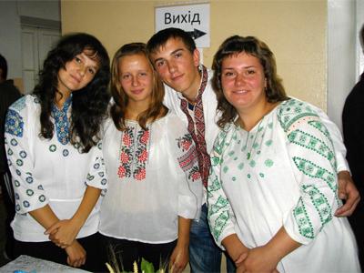 Любителі вишиванки під час виставки у ПНПУ
