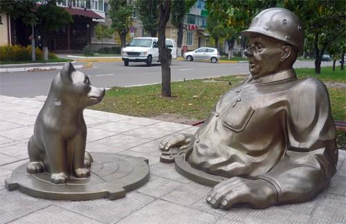 Роботу працівників ЖКГ у Комсомольську увічнили в пам'ятникові сантехніку
