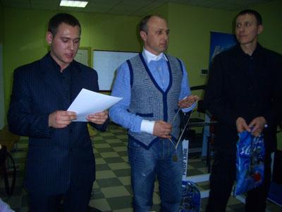 С Корнієнко та О. Чепур вручають нагороди учаснкам змагань