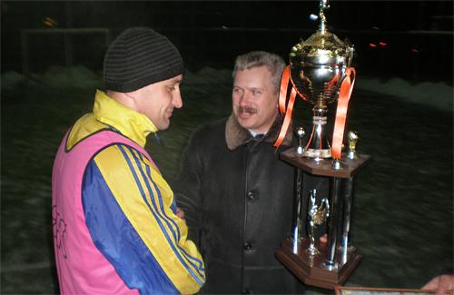 Міський голова Олександр Грицаєнко вручив красень-кубок капітану миргородців Олександру Овдієнку