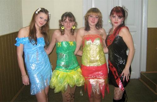 Дівчата в дизайнерських сукнях із пакетів для сміття