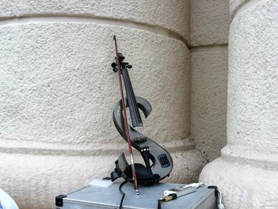 скрипка у вигляді знаку «$»