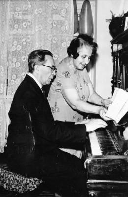 Ісаак Бартишев у себе вдома за фортепіано з дружиною. 1975 р.