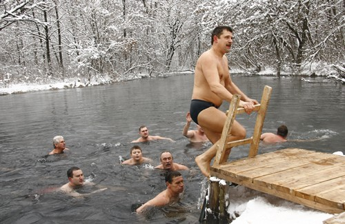 Полтавці купаються на Водохреща