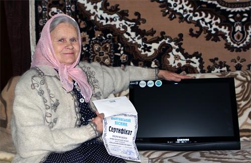 «Полтавський вісник» подарував пенсіонерці телевізор та супутникові антени