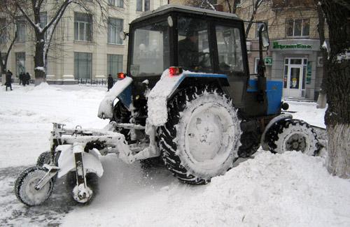Снегоуборочный трактор на Театральной площади