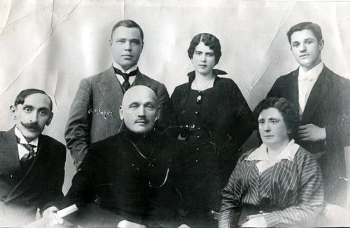 Перший директор Полтавсього музичного училища (центральна постать в нижньому ряді) Дмитро Ахшарумов