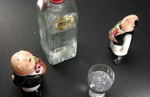 Неякісний алкоголь забрав життя двом чоловікам