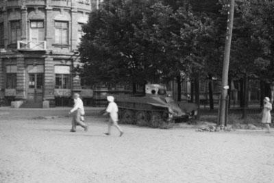 БТ-2 біля будівлі нинішнього Полтавського обласного архіву