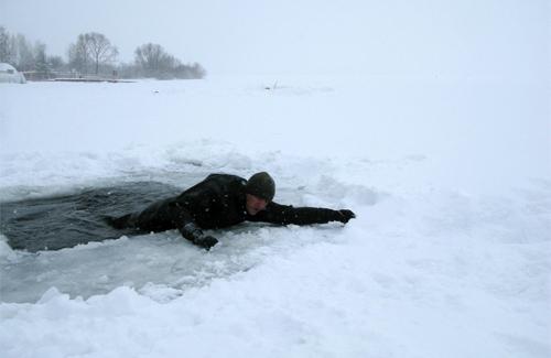 Провалился под лед