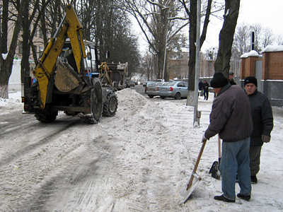 Техника убирает снег с полтавских улиц