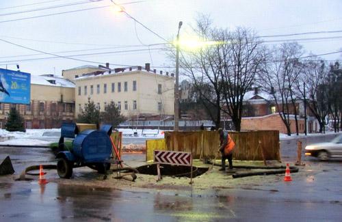 Авария на канализационном коллекторе на перекрестке улиц Сенной и Пушкина