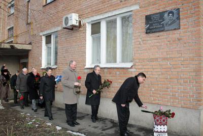 Покладення квітів до меморіальної дошки Р.П. Кириченко