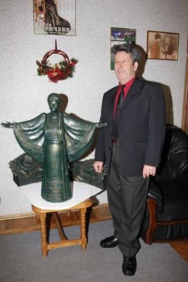 Микола Кириченко біля макету пам'ятника Раїсі Кириченко