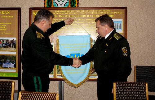 Начальник управління Юрій Тараненко та директор ДП «Лубенський лісгосп» Роман Сендзюк