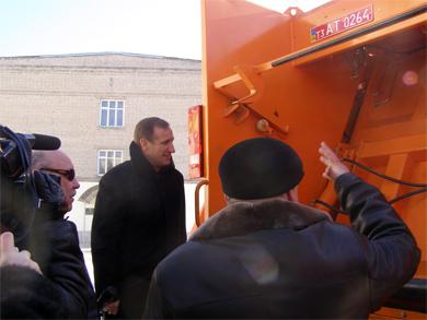 Мер осматривает специальное оборудование для мусоровозов.
