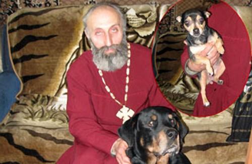 Отец Григорий и его верные друзья: ротвейлер Ральф и пинчер Кнопка