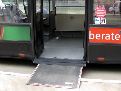 Автобус, обустроенный выдвижным пандусом для инвалидов