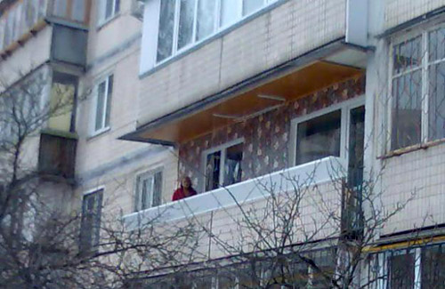 На восьмое марта пьяная женщина выпала с 4 этажа