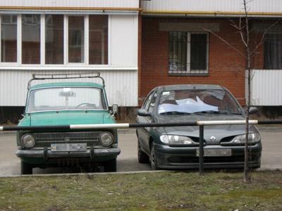 старинные советские создания автопрома мирно соседствуют с иномарками.