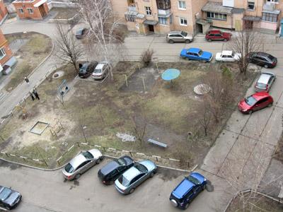 дворы заставлены автомобилями